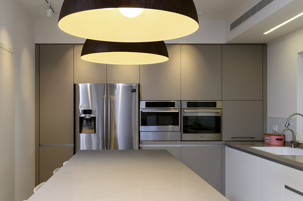 מטבח עם משטחי אבן קיסר, אדריכלית אתי כהן, צילום מושי גיטליס