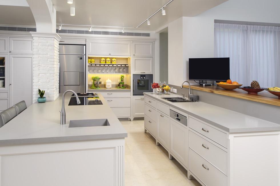 מטבח עם משטחי אבן קיסר וכיור מובנה, אדריכלית אתי כהן, צילום מושי גיטליס