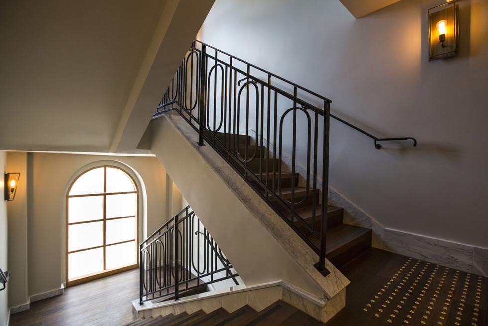 המדרגות הראשיות במלון עשויות מאותו העץ, בהתאמה של מאה אחוז לרצפה. צילום: נתן דביר