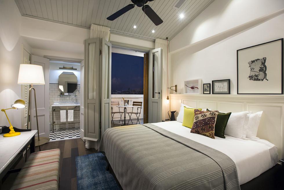 חדר עם חדר רחצה ומרפסת במלון מרקט האוס, צילום: נתן דביר