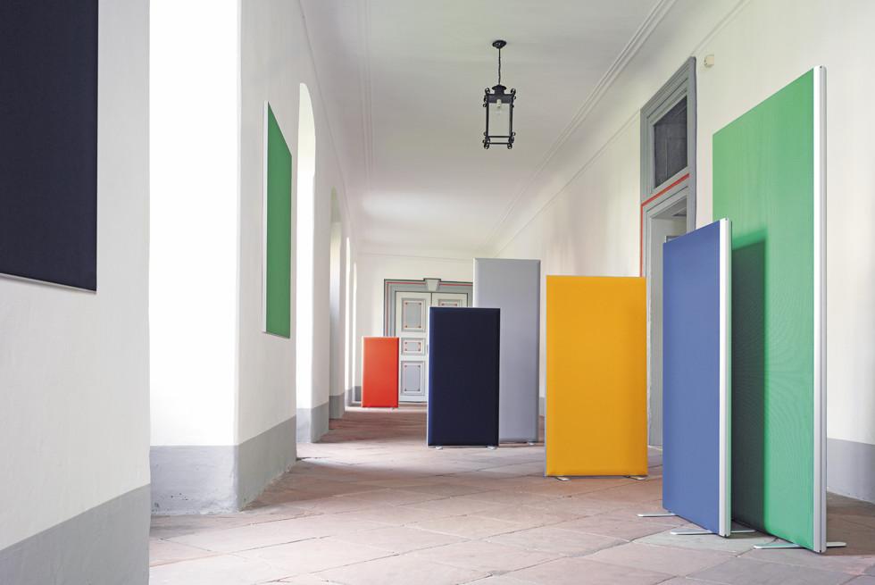 מחיצות אקוסטיות ניידות - ניתן למקם בכל מקום בחדר, אידיאלים לחלוקת אזורי פגישה במשרדים, מוקדים טלפוניים , אולמות ועוד.