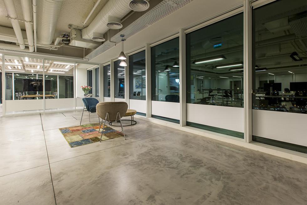 בטון עם גימור מיקרוטופינג של חברת בי-טק, עם מחיצות רצפה-תקרה ברבי-טק היוצרות הפרדה בין האזורים השונים, צילום: רונן קוק