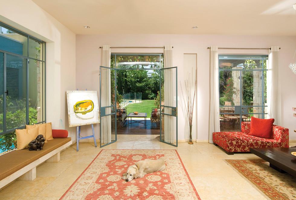שימוש באבן מצפה צהוב בכל חלקי הבית