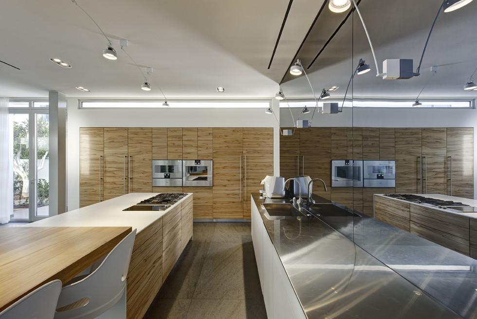 במטבח: רמקולים, טלויזיה מותקנת מאחורי זכוכית, חשמל חכם ועוד, צילום: Studio Smadar - עודד סמדר
