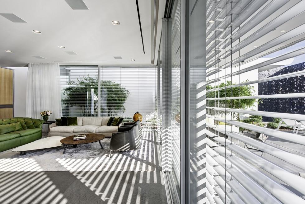 תריסים חשמליים היודעים להפתח ולהסגר לפי קרינת אור השמש, צילום: Studio Smadar - עודד סמדר