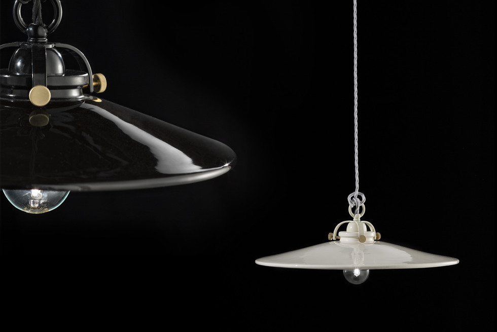 מסדרת BLACK & WHITE גופי תאורה דרמטיים בצבעי שחור לבן עם משטחים מבריקים