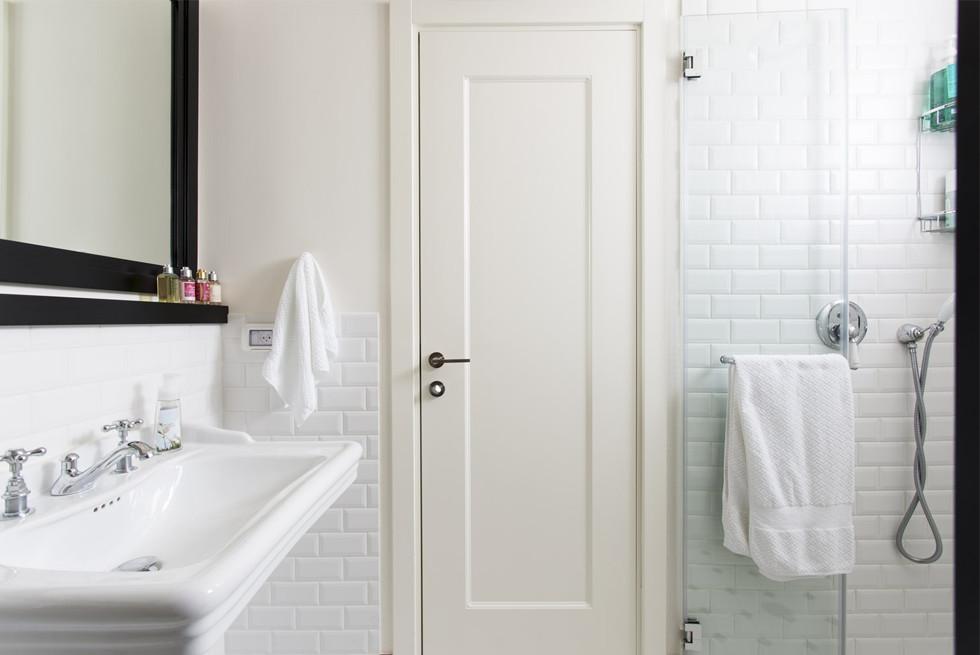 אריחים לבנים מובלטים לאמבטיה בסגנון קלאסי-אירופאי צילום: רני לוריא