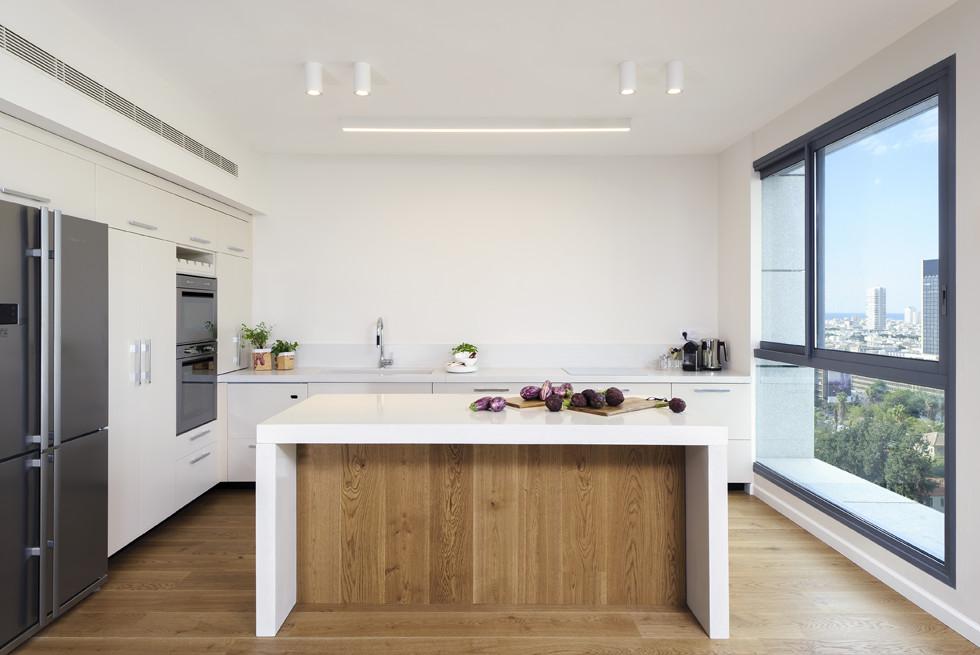 המטבח מרווח עם אי גדול במרכזו, עיצוב: שרון איגר, צילום: מושי גיטליס
