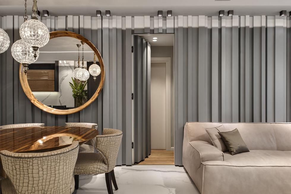 פתח בקיר המעוצב בסלון המוביל לחדר השינה, מנורות - שבלול, צילום: עודד סמדר