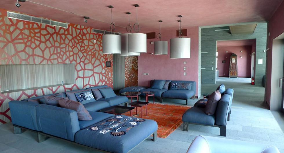 אלמנט עיצובי חוזר בקיר נחושת פנימי עם חיתוך לייזר. Photo: STUDIOMISHIN, Sergey Mishin