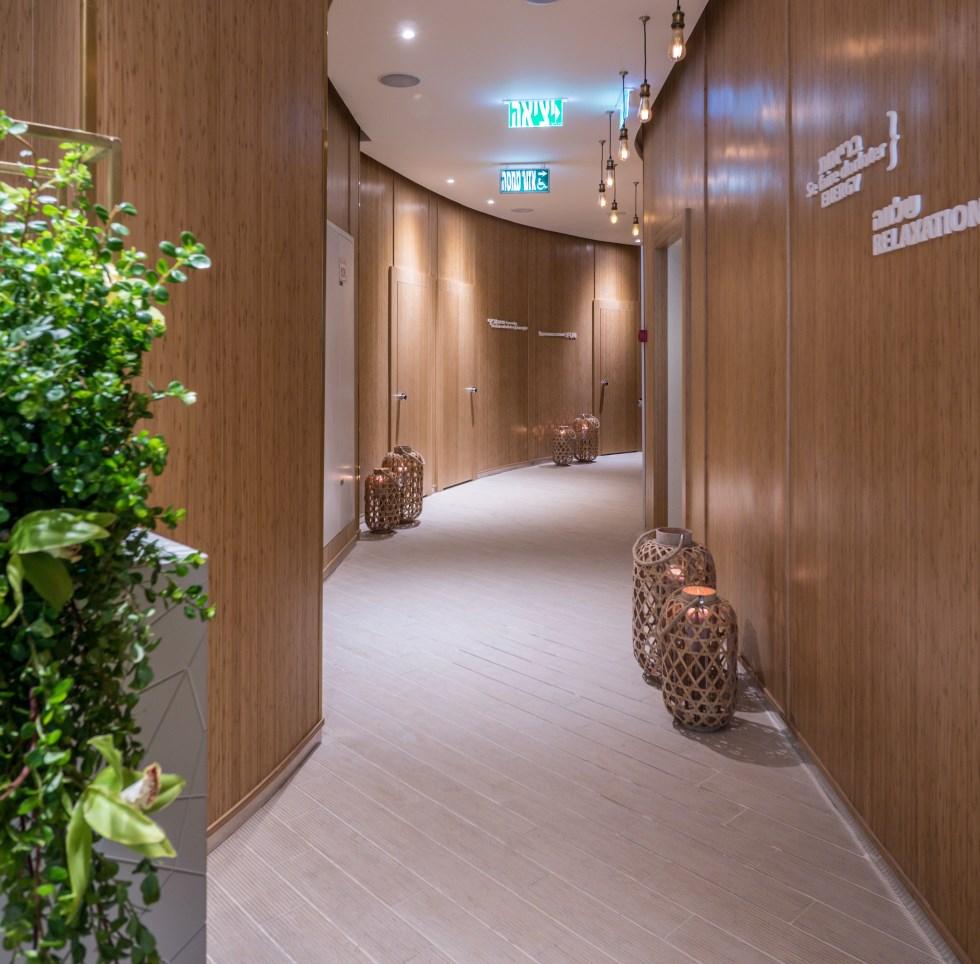הספא עוצב במראה טבעי, כמעט מדברי. חדרי הטיפולים ואזור הקבלה מחופים בבמבוק שמכניס את הטבע אל החלל.