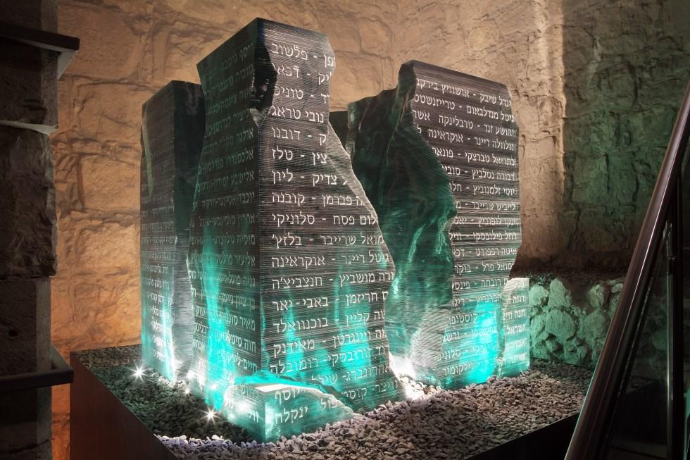 טכניקה של פיסול בשכבות זכוכית - שרשרת הדורות בכותל המערבי בירושלים, Photo Ilya Malnikov