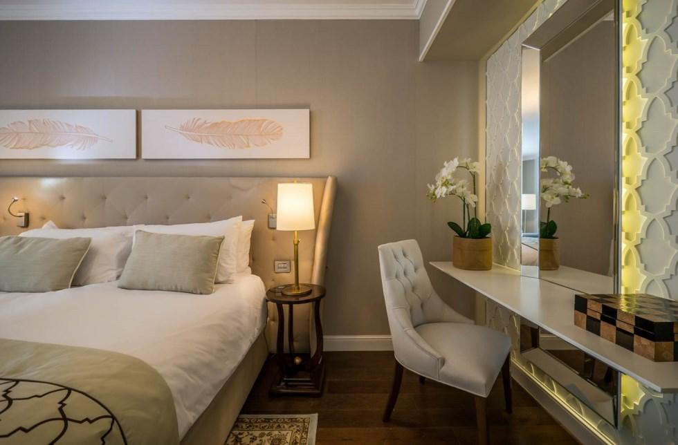 החדרים עוצבו כמקום מרגיע עם צבעים שלווים ואחידים.