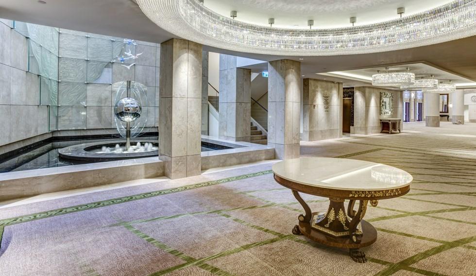 עבודת אמנות מרהיבה בזכוכית של ג'רמי לנגפורד בלובי מלון וולדורף אסטוריה בירושלים, צילום: Nitzan Hefner