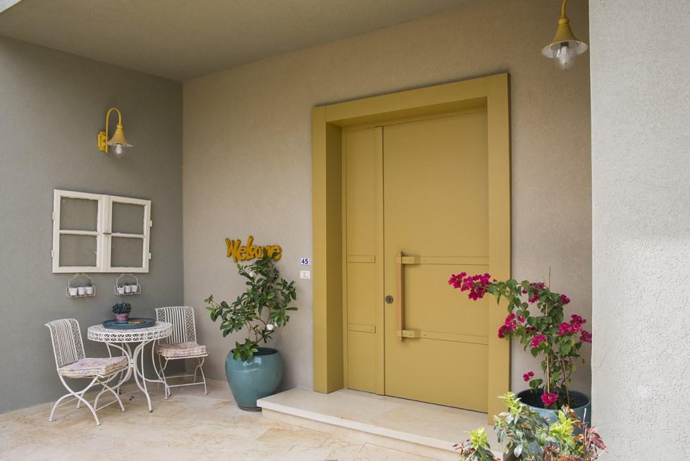 דלתות רשפים, דגם מרבלה - דלת צהובה במראה תעשייתי