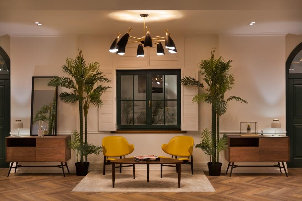 רהיטי וינטאג' בלובי המלון מוקפים בצמחיה. צילום: אסף פינצ'וק