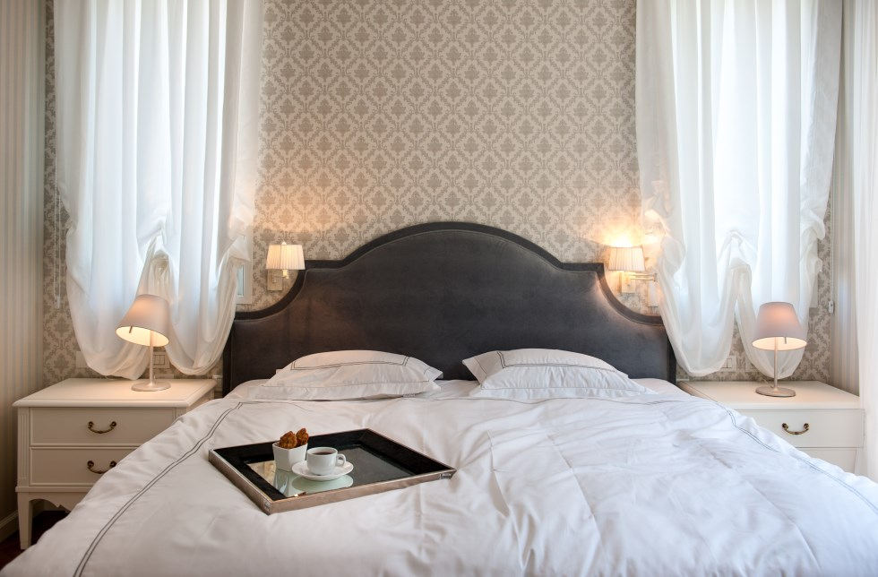 גב מיטת חדר שינה מקטיפה - מעצבת שירלי דן, צילום: גלעד רדט