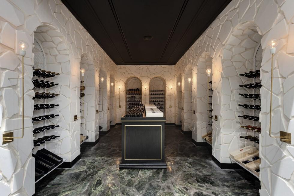 קונספט עיצוב חוויתי ברשת HERMITAGE - חנות בוטיק של יין ותרבות בתכנון מיקלה סימאונה.