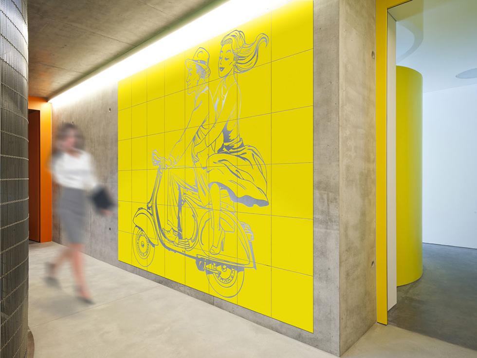 קיר AirTiles צהוב על אלומיניום כסף. היצרנים היחידים של סוג המוצר הזה בעולם