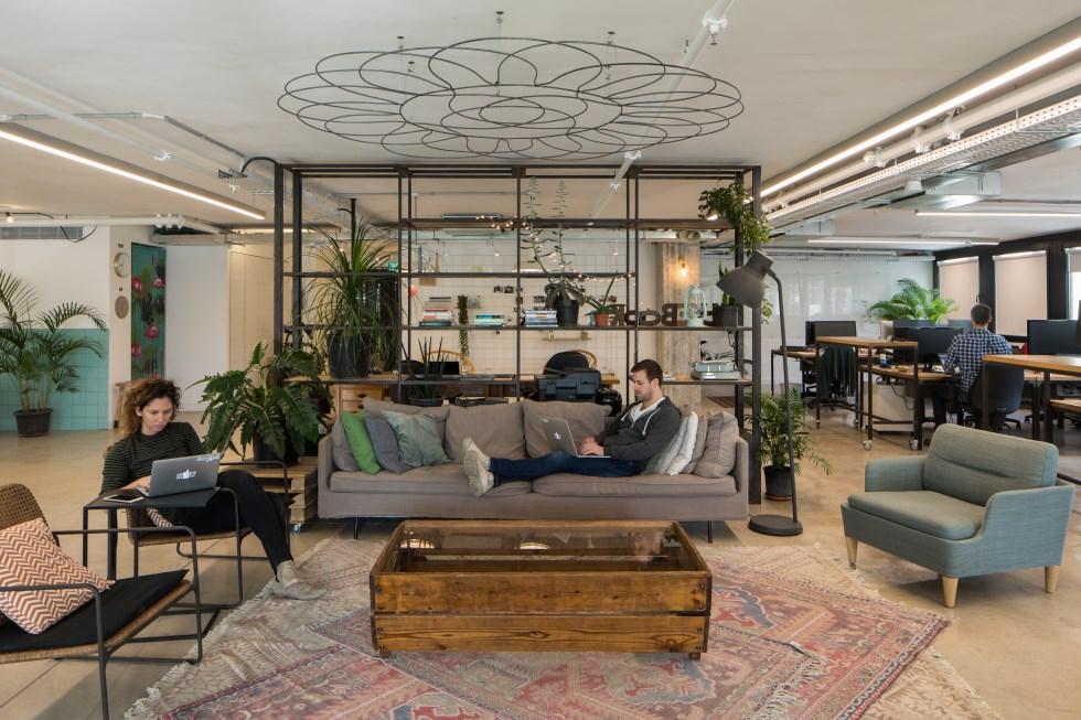 סביבת עבודה פתוחה וחמה במשרדי האניבוק, חברת סטראטאפ, עיצוב: ארכיטקטיקה, צילום: טל ניסים