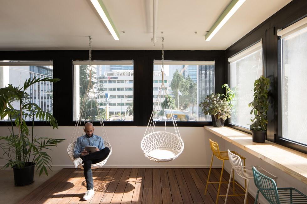 ישיבה לא פורמלית במשרדי חברת האניבוק, בעיצוב ותכנון ארכיטקטיקה. צלם: טל ניסים
