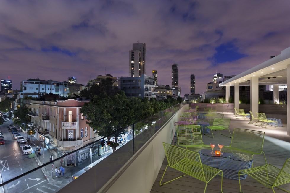 מרפסת הגג צופה על האדריכלות המגוונת של בנייני העיר הלבנה הממוקמים סביבו, צילום: אסף פינצ'וק