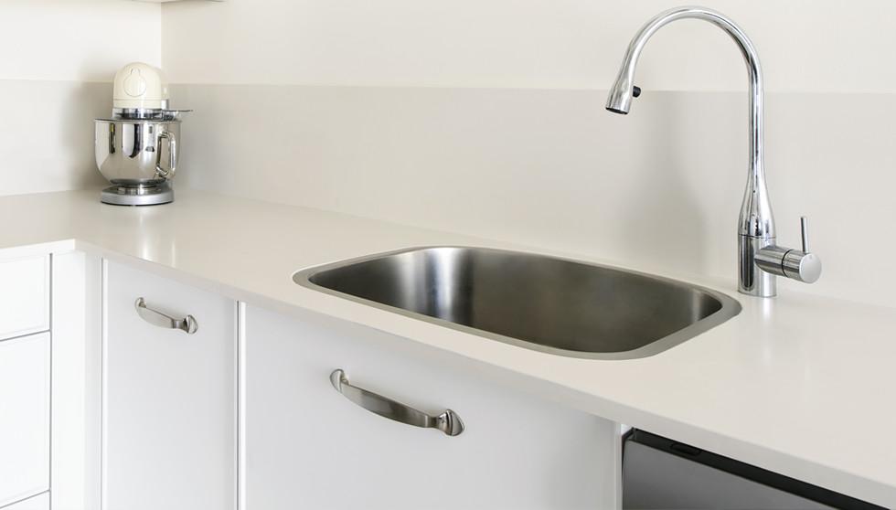 """משטח Lapitec בעובי 12 מ""""מ במטבח, צילום: מושי גילטיס"""