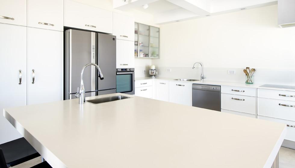 המשטח על אי במטבח בפנטהאוז בראשון לציון. האדריכל חן פרץ, צילום: מושי גיטליס