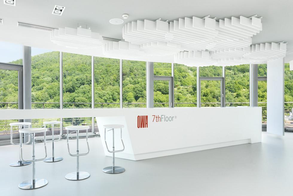 """עיצוב תקרת """"ענן"""" אקוסטית דינמית באולם המבקרים של OWA"""