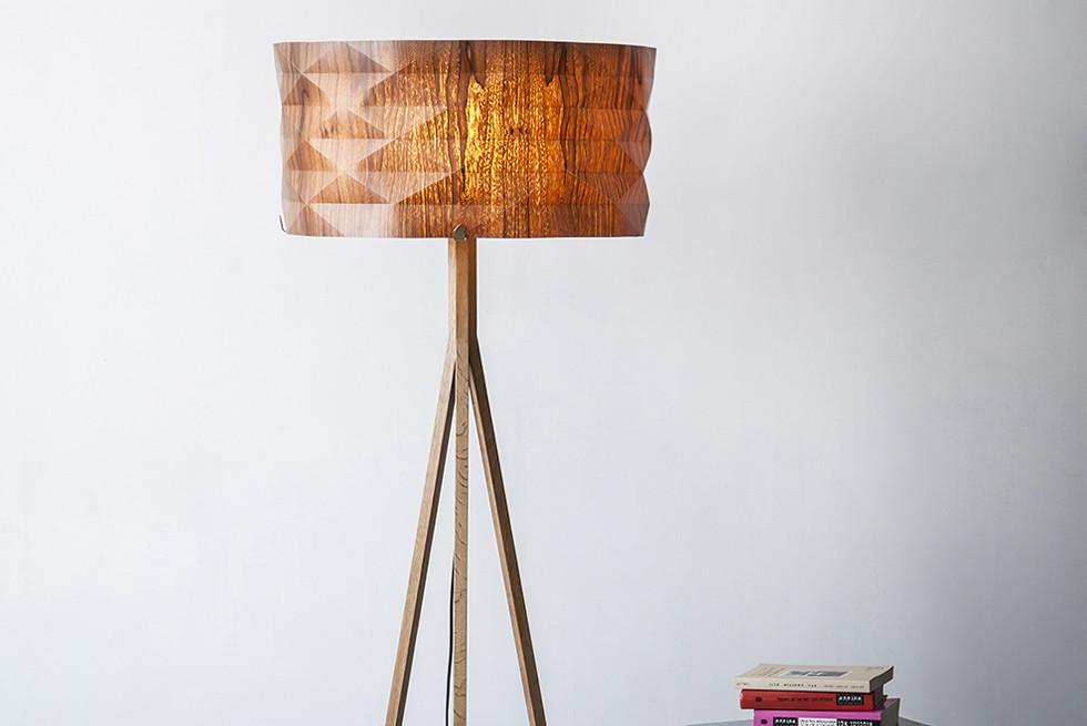 החומר שממנו עשויים גופי התאורה הוא פורניר עץ בציפוי שכבה אקרילית, חומר בעל מראה של עץ טבעי עם גמישות של פלסטיק. צלם: יואב גורין