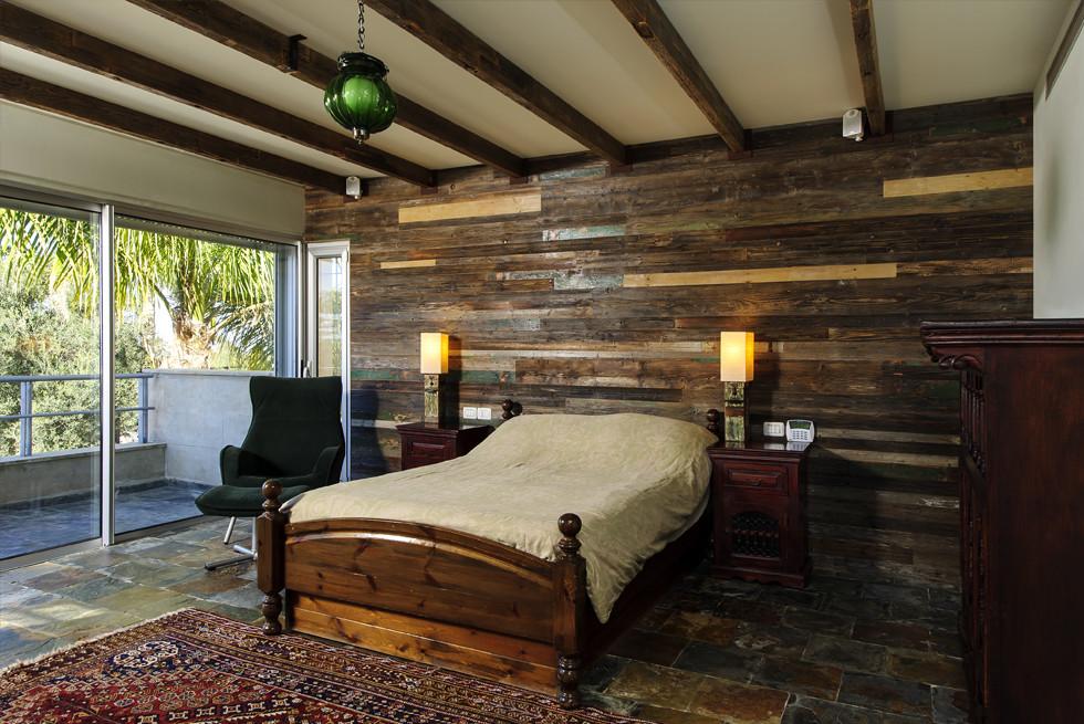עץ שפורק מצריף בן למעלה משבעים שנה במושב סתריה, שימש לחיפוי קיר חדר שינה, צילום: מושי גיטליס