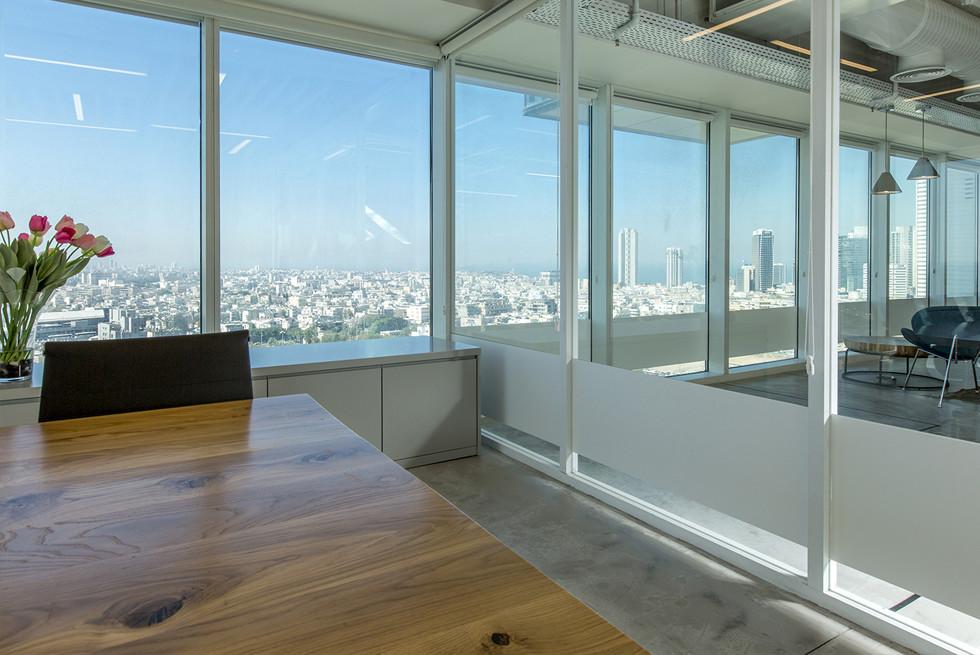 מחיצות רצפה-תקרה מזכוכית עם פרופילי אלומיניום של קבוצת ברבי-טק התואם למראה חלונות הבנין, צילום: רונן קוק