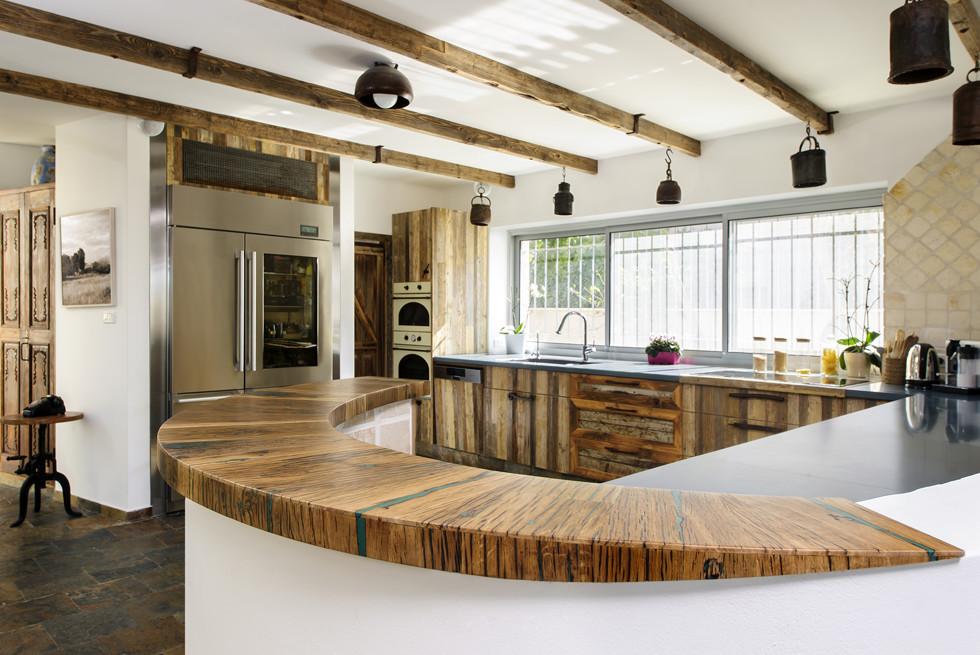 מטבח מעץ ממוחזר שמקורו בצריף הראשון שנבנה בשנות החמישים בקיבוץ עין כרמל, צילום: מושי גיטליס