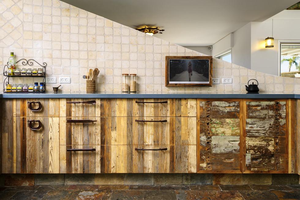 במטבח משולבים של מילואות פח וכלי עבודה עתיקים שעברו הסבה לידיות, צילום: מושי גיטליס