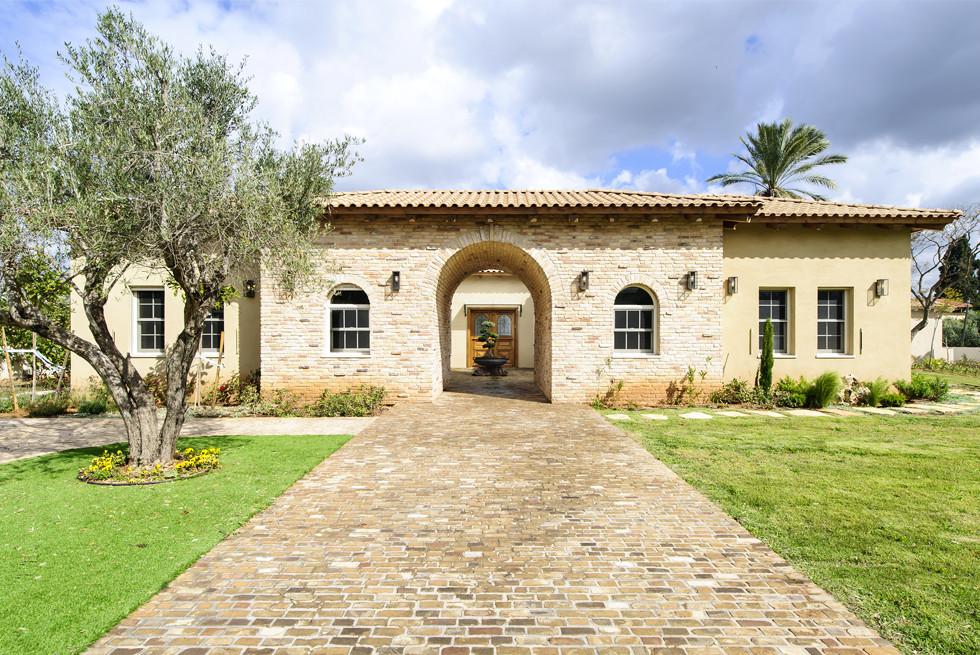 כניסה מקורה ומעוגלת, מחופת אבנים, המובילה את המבקר בדרך קסומה לחצר פנימית, צילום: מושי גיטליס