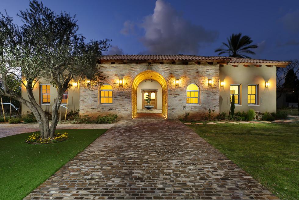 הכניסה לבית בתאורת לילה מרשימה, צילום: מושי גיטליס