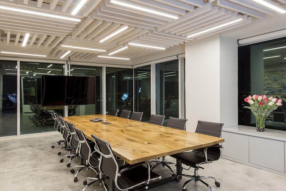 בחדר הישיבות בוצעה תקרת עץ מרישים, שביניהם שולבו גופי התאורה, צילום: רונן קוק