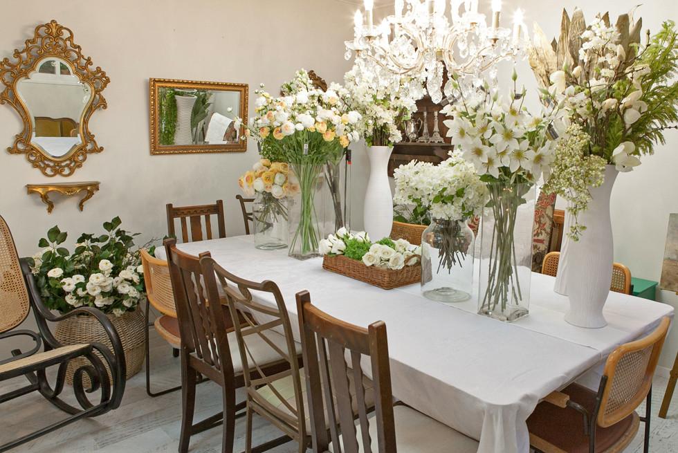 ריהוט עתיק, סידורי שולחן ארופאים, כלים ופרחי משי אמנותיים של Silkka הולנד בגלריה לה-ברוקנט ברמות השבים, צילום: שי סמיה
