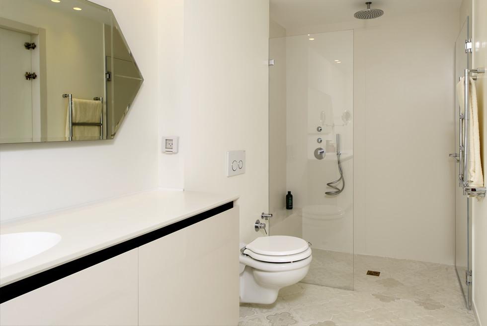 אריחי בטון לבנים בצורת פסיפס פרחוני. עיצוב: שרון איגר, צילום: מושי גיטליס