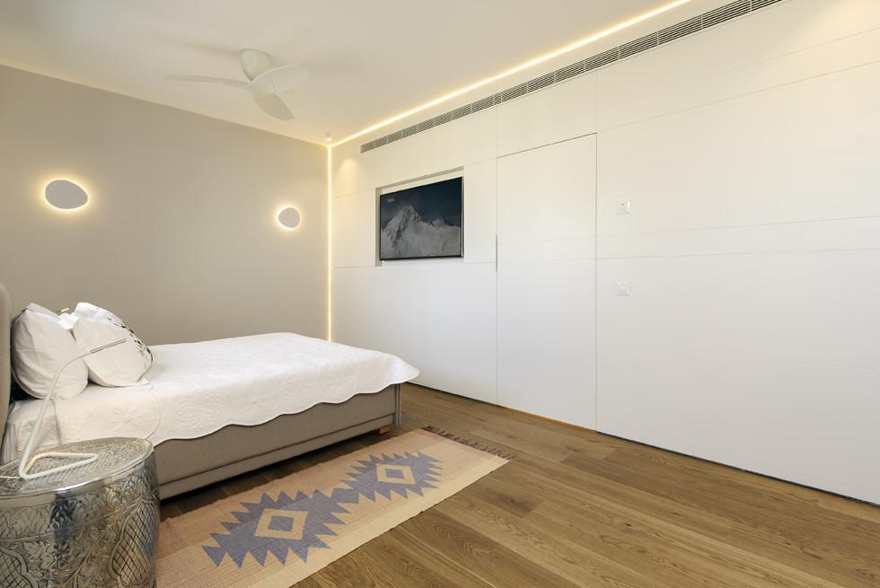 חדר השינה הראשי חופה קיר שלם בעץ, עיצוב: שרון איגר, צילום: מושי גיטליס