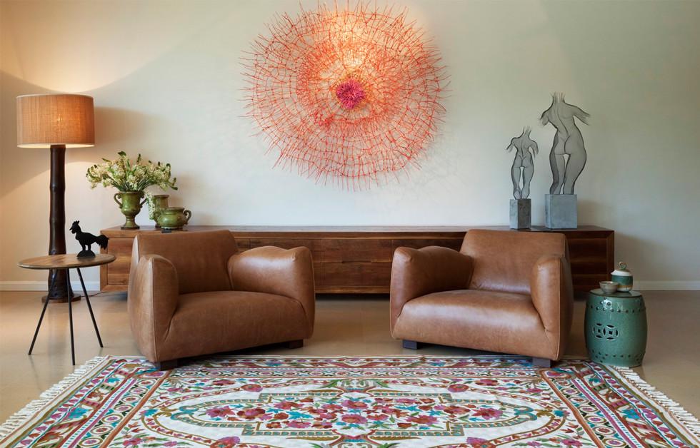 שטיחים מקוריים בעבודת יד, פסלים מיוחדים, ועבודות של אמנים ידועים מהארץ ומהעולם