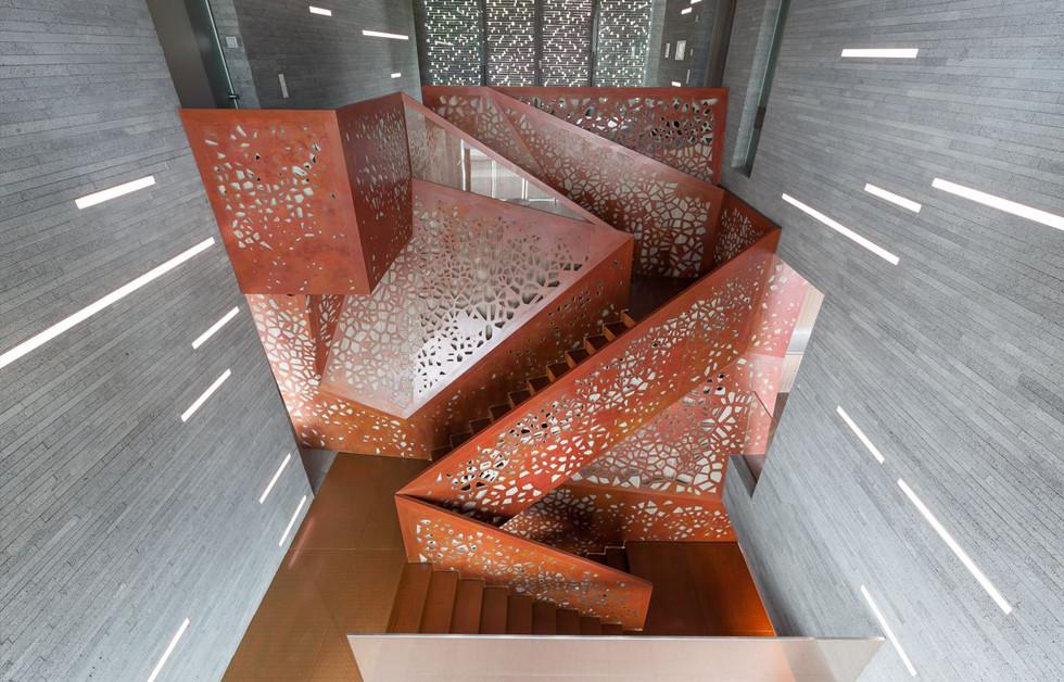 מדרגות מפנלי נחושת קלאסית TECU® Bond_classic KME מחוררת עם אלמנט עיצובי מיוצגת בישראל על ידי חברת רולמט