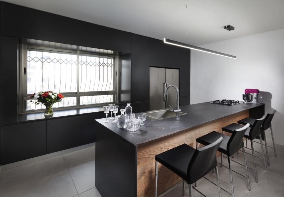 רענון מראה המטבח עם שיש שגב כרמל, משטחי עבודה DEKTON מבית קוסנטינו