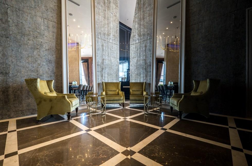 הצבעוניות שמגדירה את המלון מבוססת על גווני החול, בז', ירוק וחרדל