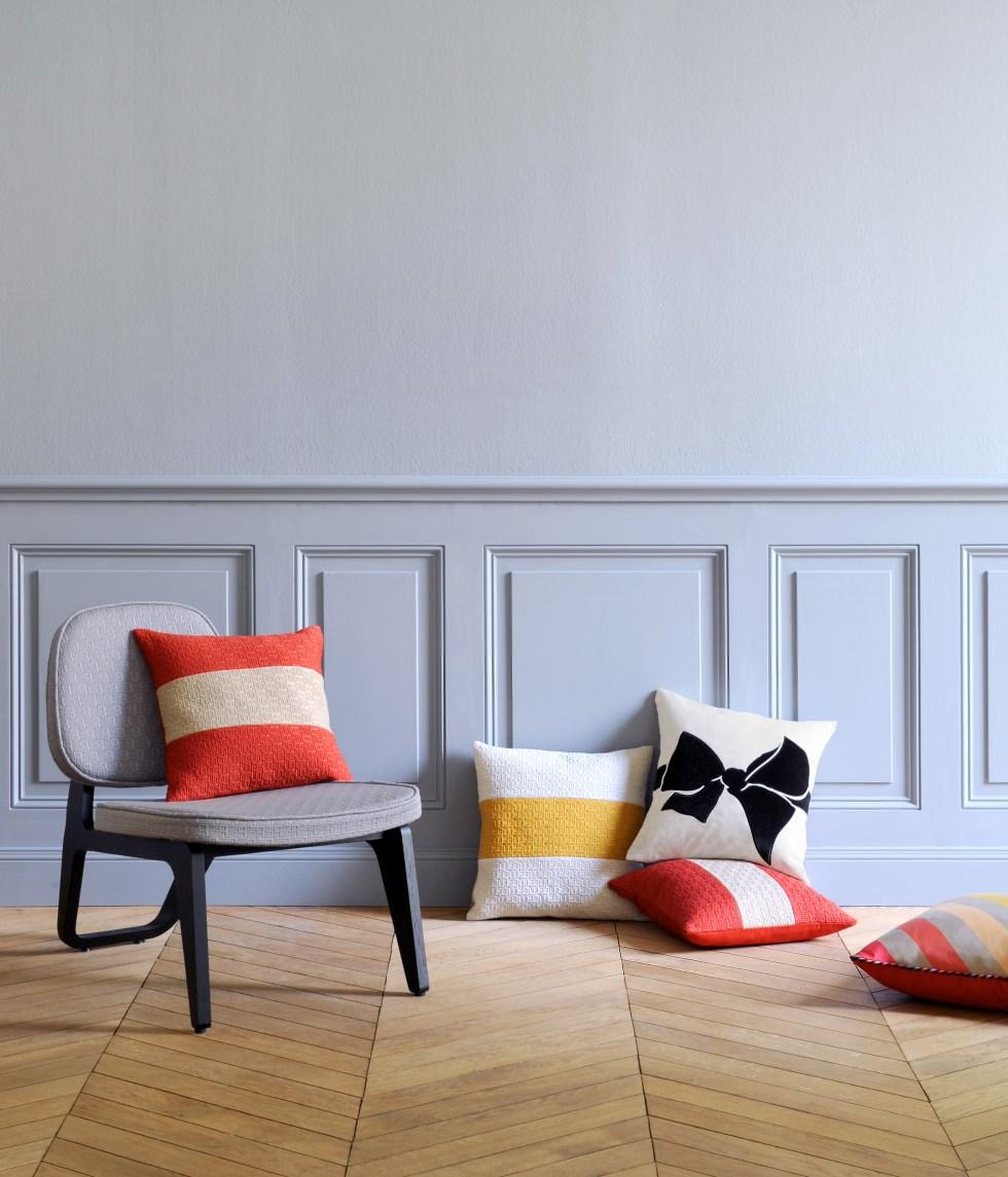 ילונות, כריות, הדומים, שטיחים ובדי ריפוד הנושאים את חתימת ידה של המעצבת סוניה ריקל
