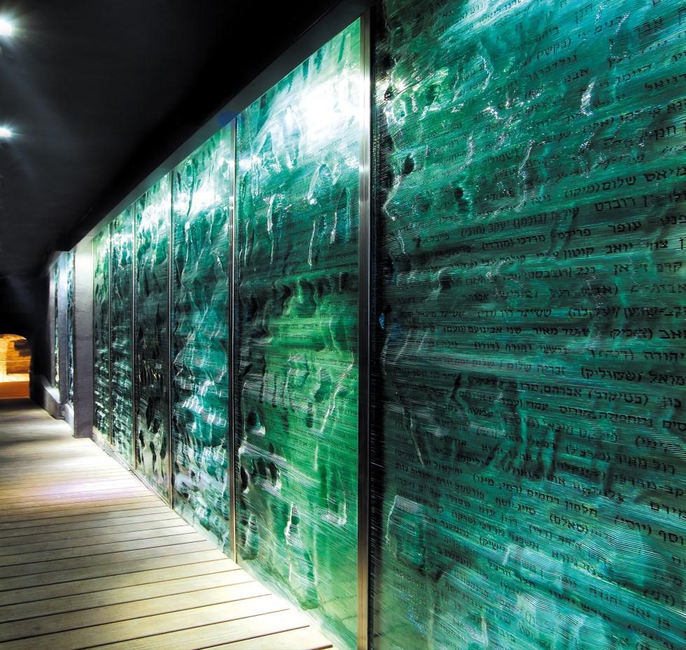 Remembrance Wall - Glass Sculptor Jeremy Langford Photo Ilya Melnikov