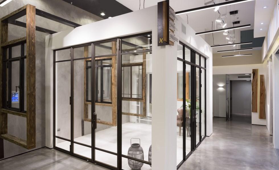 הקונה בחנות יכול לדמיין את עצמו בביתו לצד חלון כזה או אחר, עיצוב אולה אלישר, צילום: שי אפשטיין