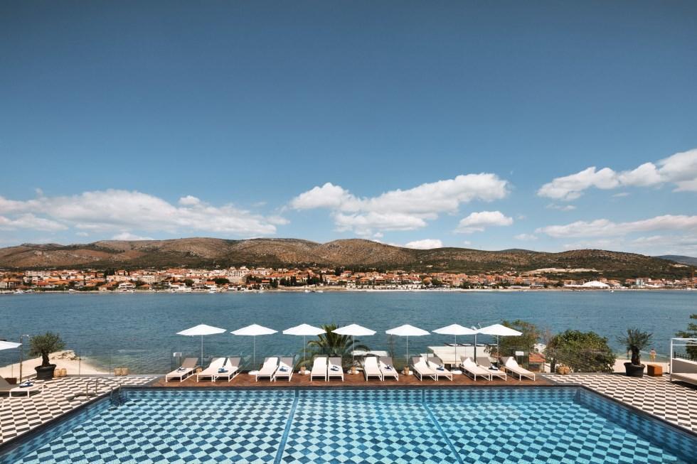 הבריכה החיצונית במלון, צילום: אסף פינצ'וק