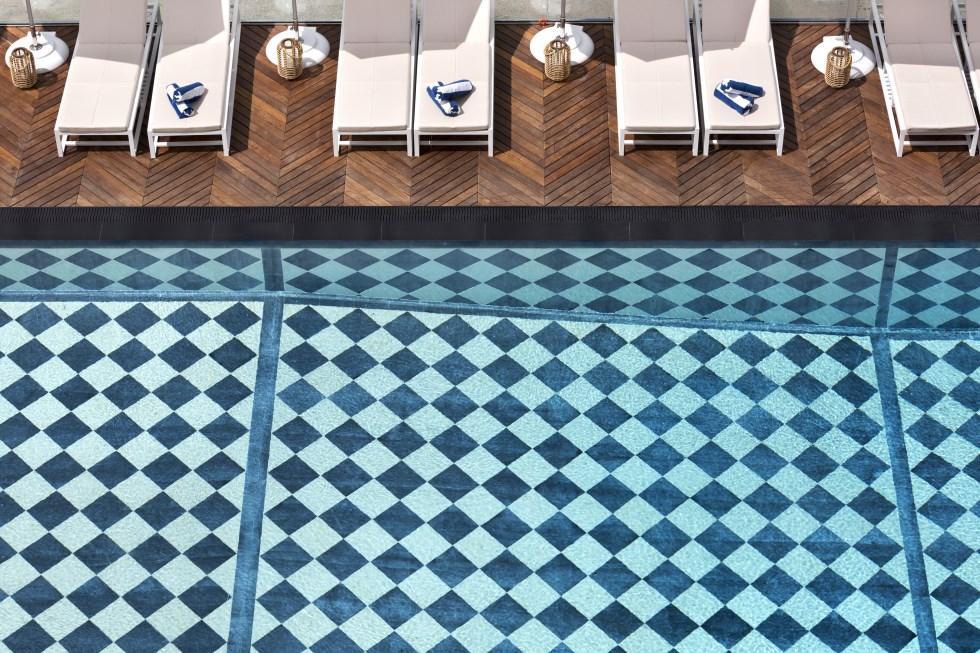 ריצוף קלאסי בבריכה החיצונית, צילום: אסף פינצ'וק