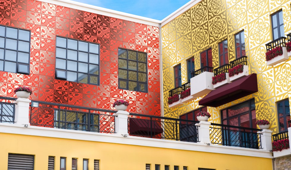 airtiles-outdoor-cladding-clover-tulip-patterns-light-red-and-yellow-on-silver-aluminum